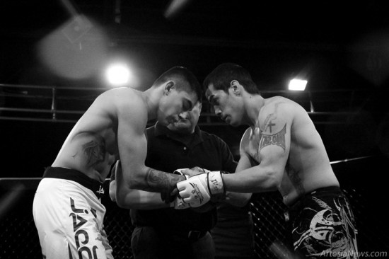 Quintana and Estrada show respect to one another before starting their fight.