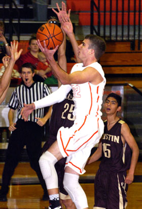 Justin Houghtaling takes it to the hoop Friday against El Paso Austin. (Brienne Green - Daily Press)