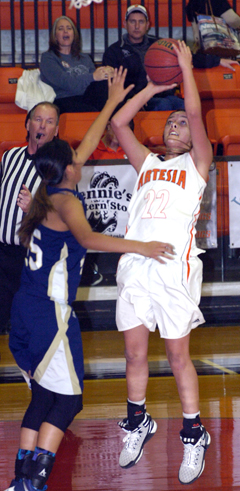 Gracie Puentes stops and pops during the second quarter Saturday against Ruidoso. (Brienne Green - Daily Press)