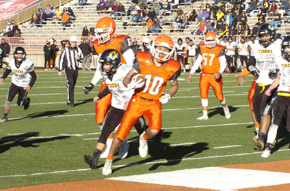 Kameron Aguilar beats a Tiger defender to the end zone in the fourth quarter. (Brienne Green - Daily Press)
